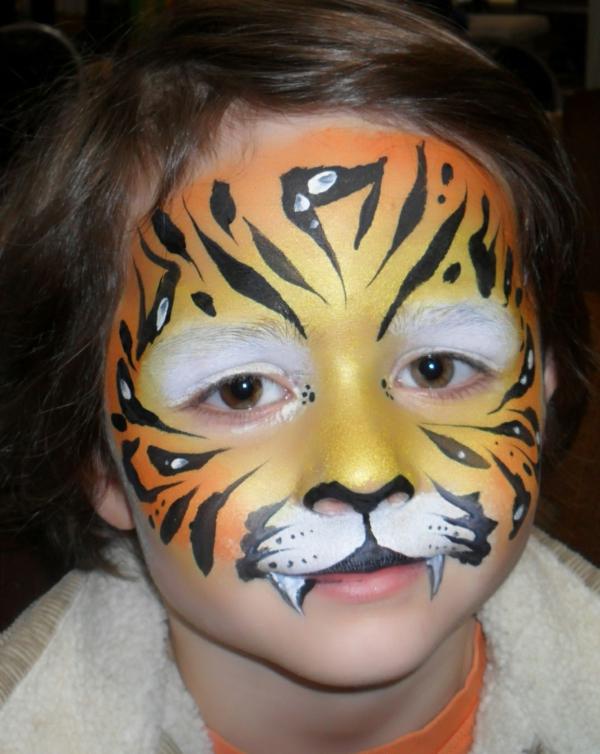 kleiner-junge-mit-einem-tiger-schminken