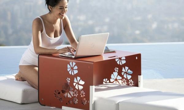 kleiner-tisch-eine-frau-sitzt-und-verwendet-ein-laptop