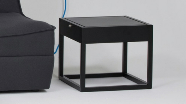 kleiner-tisch-mit-einer-eckigen-form-neben-einem-grauen-sofa