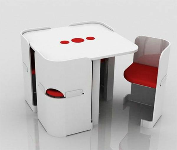 kleiner-tisch-neben-einem-mdoernen-stuhl-in-weiß-und-rot