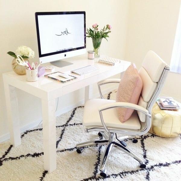 komfortabler-Drehstuhl-in-Weiß-mit-modernem-Design