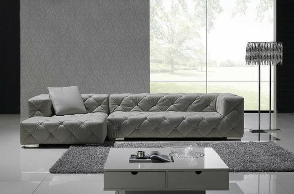 komfortables-graues-sofa-aus-leder-für-das-wohnzimmer