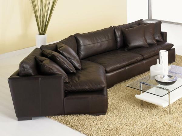 komfortables-sofa-aus-leder-für-das-wohnzimmer--