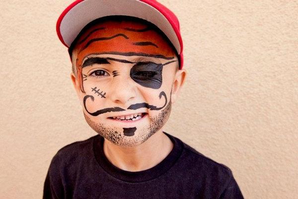 Lustiges pirat schminken f r gro e und kleine for Halloween zimmerdeko
