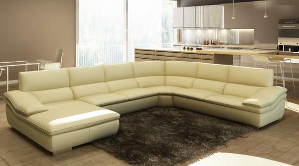 lederecksofa-in-beige-moderne-ausführung-brauner-teppich
