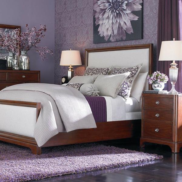 das lila schlafzimmer fällt gleich ins auge! - archzine.net - Schlafzimmer Lila Wand