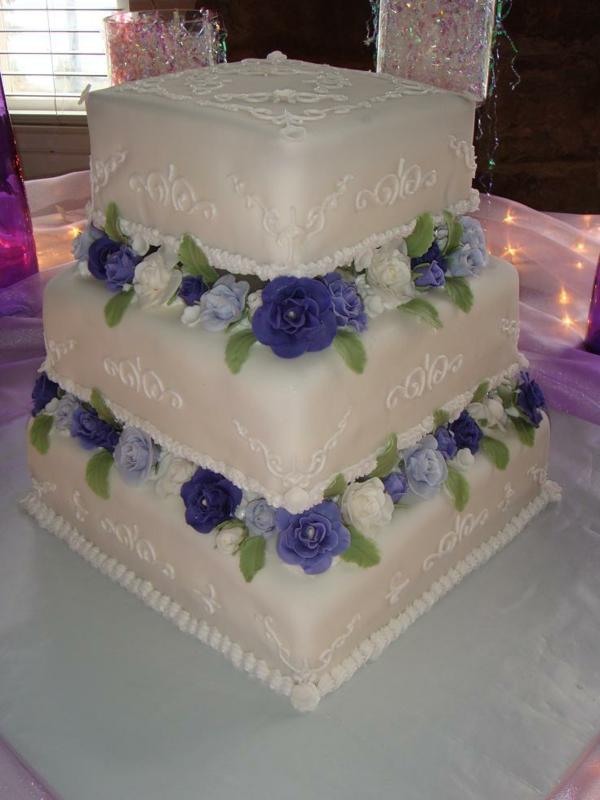lila-und-weiß--mehrstöckige-torte-zur-hochzeit