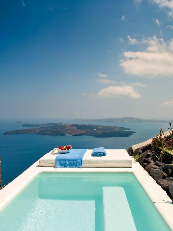 luxus-villa-mit-einem-fantastischen-pool-in-weiß-luxuriöses-design