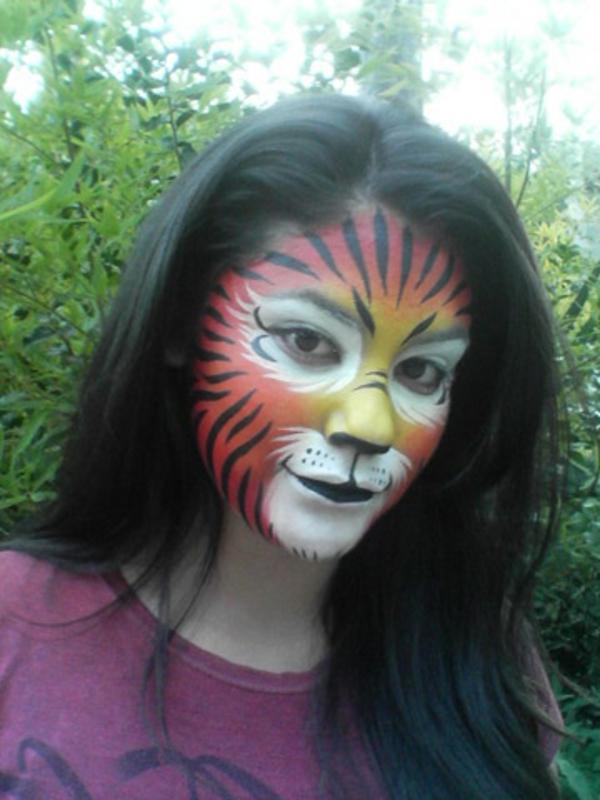 mädchen-mit-dunklen-haaren-und-einem-tiger-schminken