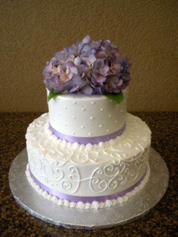 mehrstöckige-torte-zur-hochzeit-in-weißer-farbe