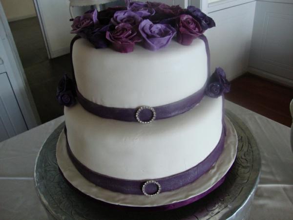 mehrstöckige-torte-zur-hochzeit-mit-lila-blumen