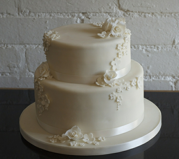 Hier ist eine unglaubliche mehrstöckige Torte, die auf Ihrer Hochzeit ...