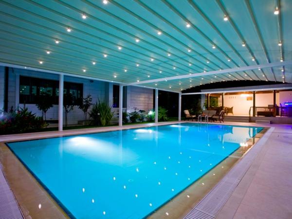 moderne-elegante-Poolüberdachungen-mit-schönem-Design-Pool-auf-der-Terrasse