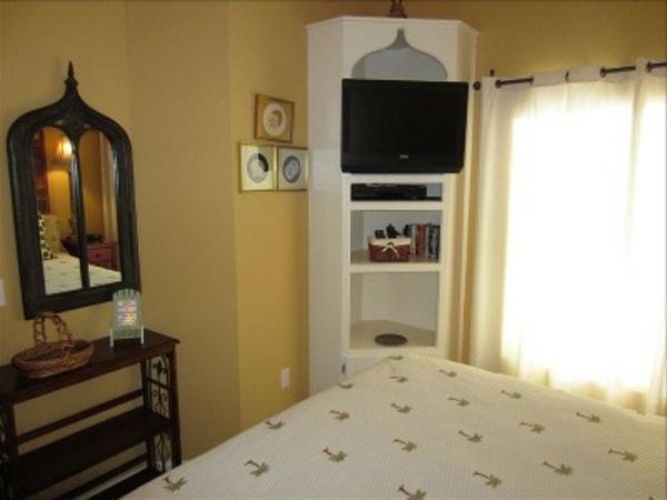 moderner-weißer-eckschrank-im-schlafzimmer