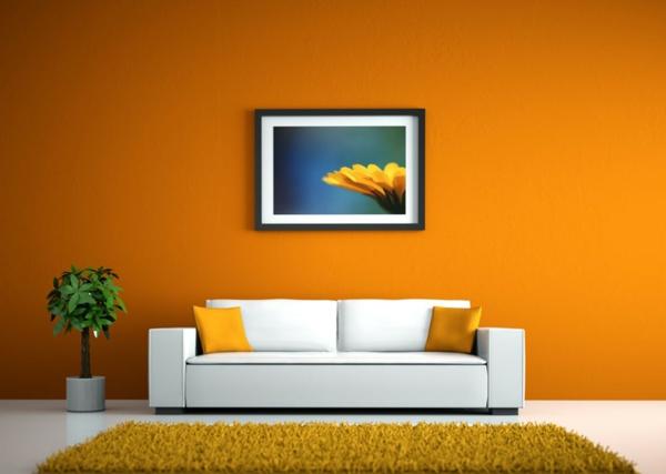 orange-wand-weißes-sofa-mit-kissen-in-orange