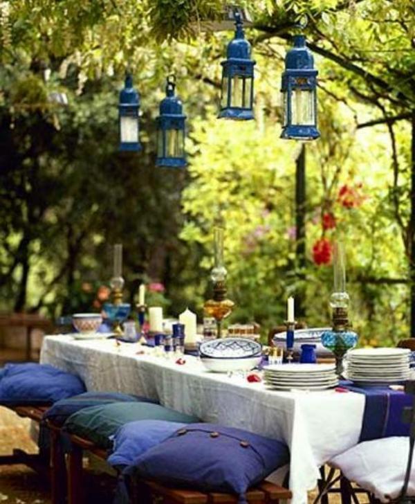 tisch-dekoration-outdoor-wind-lichter-blaue-kissen-stylisch