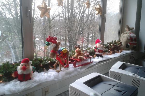 Fensterbank deko aussen besonders reizvolle fensterbank for Weihnachtsbaum fa r fensterbank