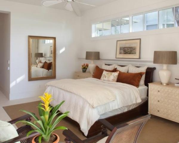 pflanzen-im-schlafzimmer-mit-bildern-über-dem-bett