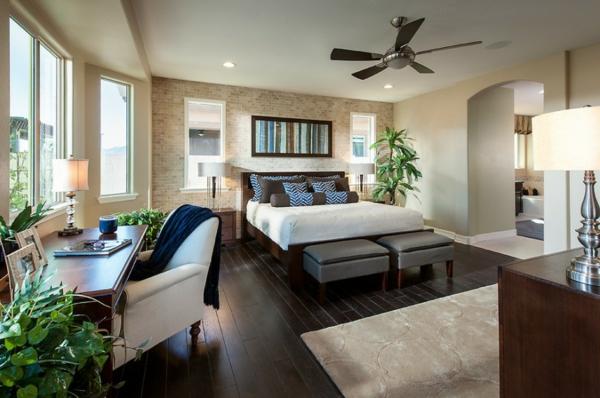 pflanzen-im-schlafzimmer-mit-einem-großen-schreibtisch