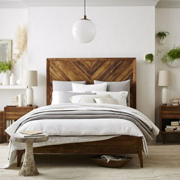 pflanzen-im-schlafzimmer-mit-einem-hölzernen-bett-mit-einem-großen-kopfbrett