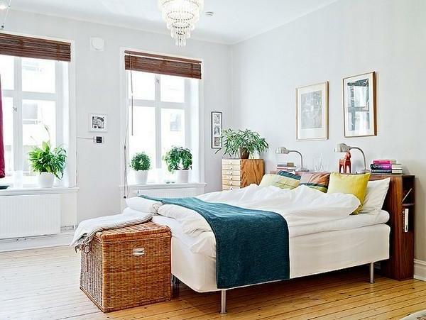 pflanzen-im-schlafzimmer-mit-einem-rattankasten-neben-dem-bett