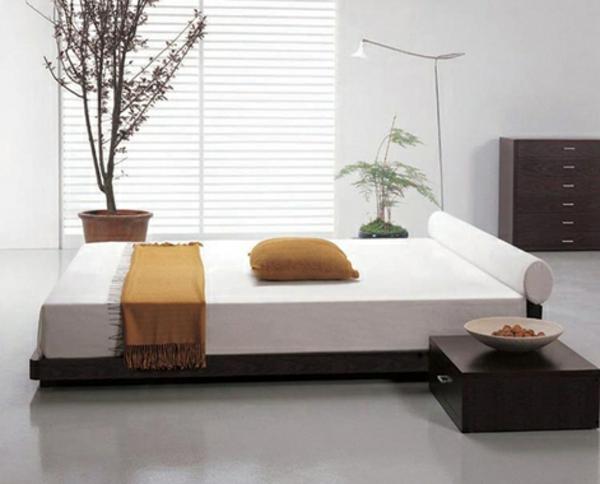 pflanzen-im-schlafzimmer-mit-einem-ultramodernen-bett