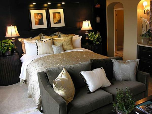 pflanzen-im-schlafzimmer-mit-einem-weißen-bett-und-einem-grauen-sofa