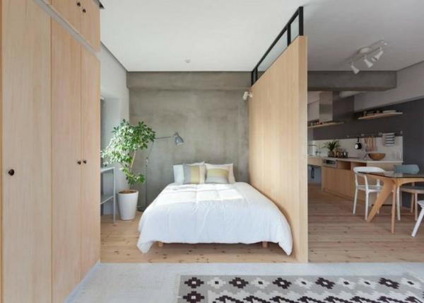 pflanzen-im-schlafzimmer-mit-einer-hölzernen-trennwand