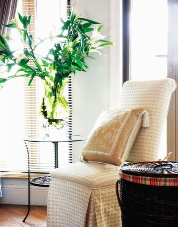pflanzen-im-schlafzimmer-neben-einem-schönen-stuhl-mit-einem-großen-dekokissen