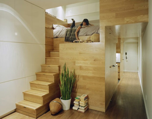 pflanzen-im-schlafzimmer-neben-hölzernen-treppen