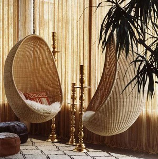 pflanzen-im-schlafzimmer-neben-zwei-hängenden-stühlen