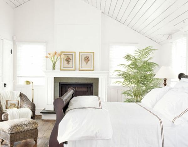 pflanzen-im-schlafzimmer-schönes-weißes-bett-daneben