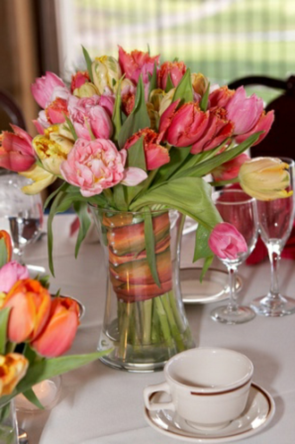 tisch-deko-mit-tulpen-gelb-rot-rosa-glas-vase