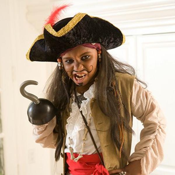 ein kleiner junge umwandelt sich in pirat