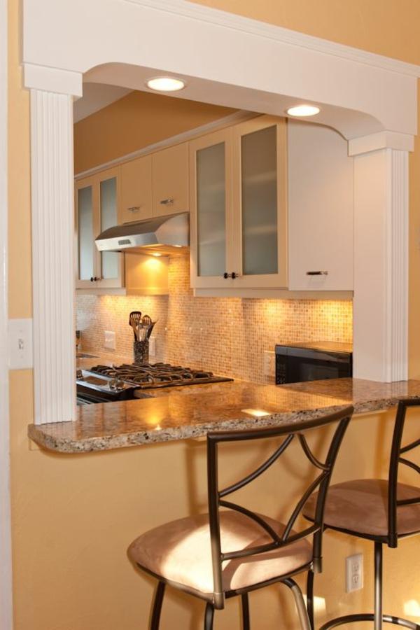-praktische-und-super-tolle-küchenbar-mit-hockern-kücheneinrichtung