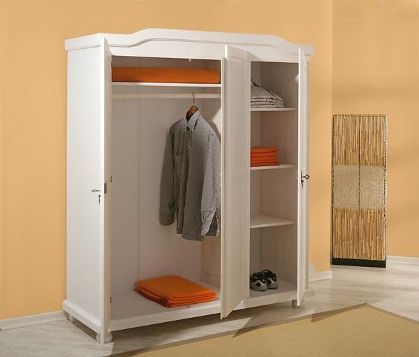 praktischer-und-elenagter-kleiderschrank-in-weiß-für-den-flur