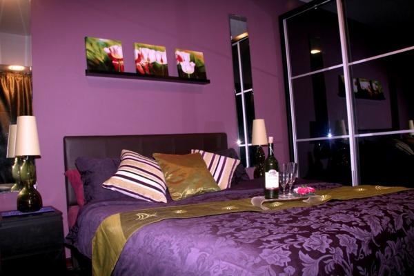 schlafzimmer mit drei bildern über dem lila bett