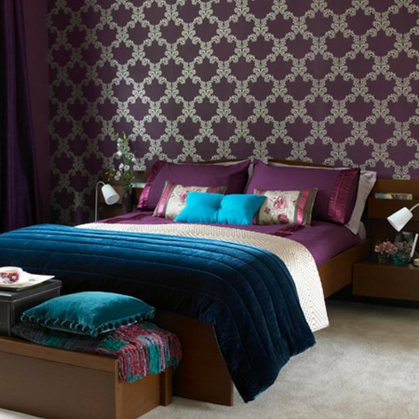 cooles lila bett im gemütlichen schlafzimmer