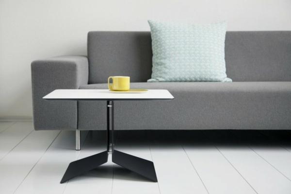 quadratischer-moderner-kleiner-tisch-neben-einem-sofa