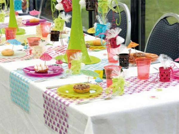 bunte farben auf dem tisch im garten