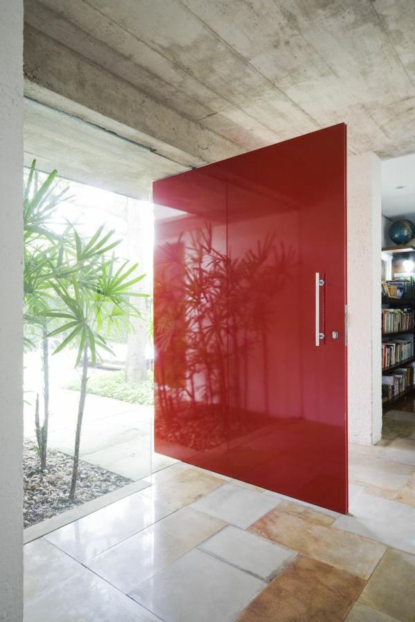 rote-eingangstür-mit-einem-modernen-design