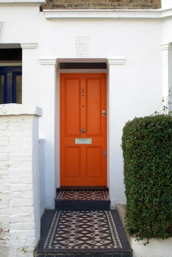 rote-fantastische-eingangstür-mit-einem-tollen-design