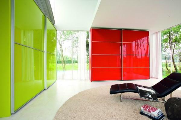 roter-und-grüner-Kleiderschrank-mit-Schiebetüren-schöne-Ideen-für-Interior-Design