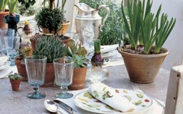 Tischdekoration-zwiebelpflanzen-töpfe-stylisch-vintage