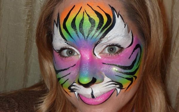 süße-frau-mit-blonden-haaren-und-einem-bunten-tiger-schminken