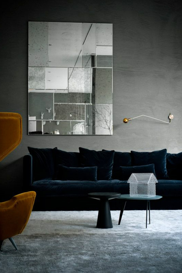 samt-tapete-und-samt-möbel-dunkles-sofa