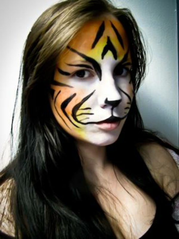 schöne-frau-mit-tiger-schminken