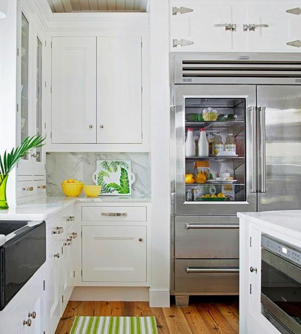 schöne-küche-mit-einem-kühlschrank-mit-glastür-super_praktische-moderne-küchenideen-weiße-küche-küchenschränke