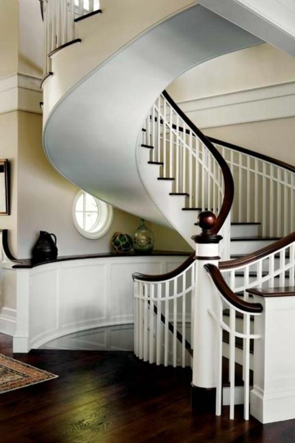 schöne-weiße-Innentreppe-mit-Geländer-