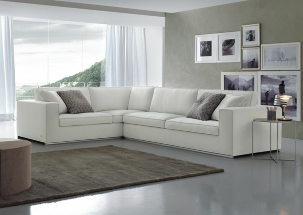 schöne_wohnzimmer-einrichtung-mit-einem-super-bequemen-sofa-in-weiße